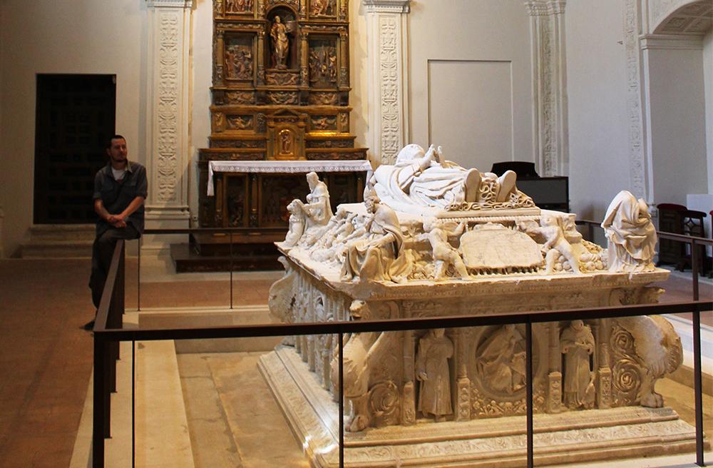 PALAZIO ARZOBISPAL: Her ligger erkebiskopen av Toledo begravet. En statue av han selv, i realistisk størrelse, troner øverst på graven. Foto: Reisebloggen Tenk Koffert