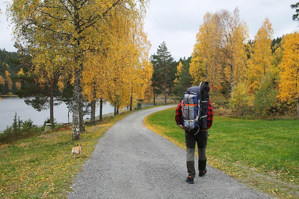PÅ TELTTUR: Vi gikk fra Myrdammen og innover i skogen. Foto: Tenk Koffert