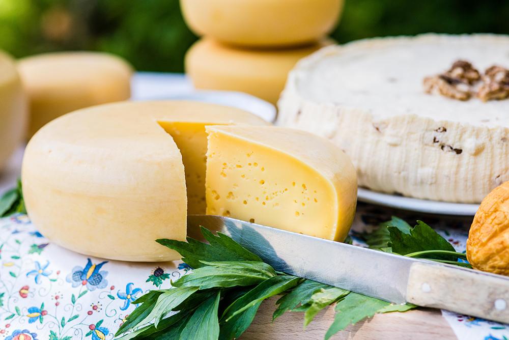 DEILIG MAT: det er når man etter en god natts søvn får servert hjemmelaget brød med kortreist ost og lavendelhonning på at man virkelig føler seg heldig. Foto: Polska Statens Turistbyrå