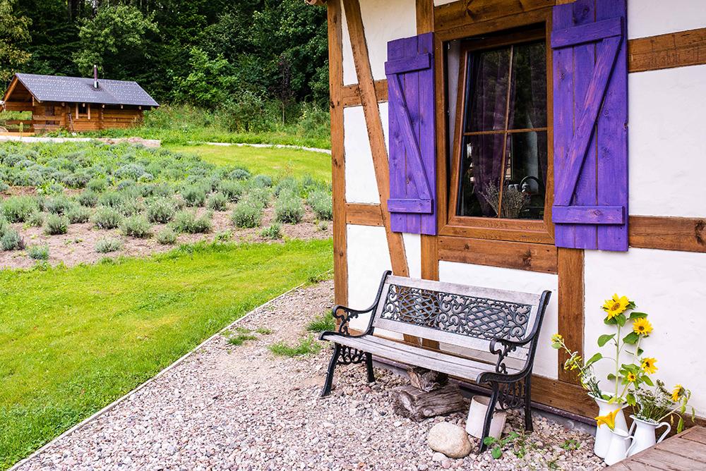 LAWENDOWA OSADA: Gården er helt nydelig, med flere små hus bygget i gammel, polsk stil. Minner meg litt om smurfehus! Til venstre i bildet ser du saunahuset. Foto: Polska Statens Turistbyrå