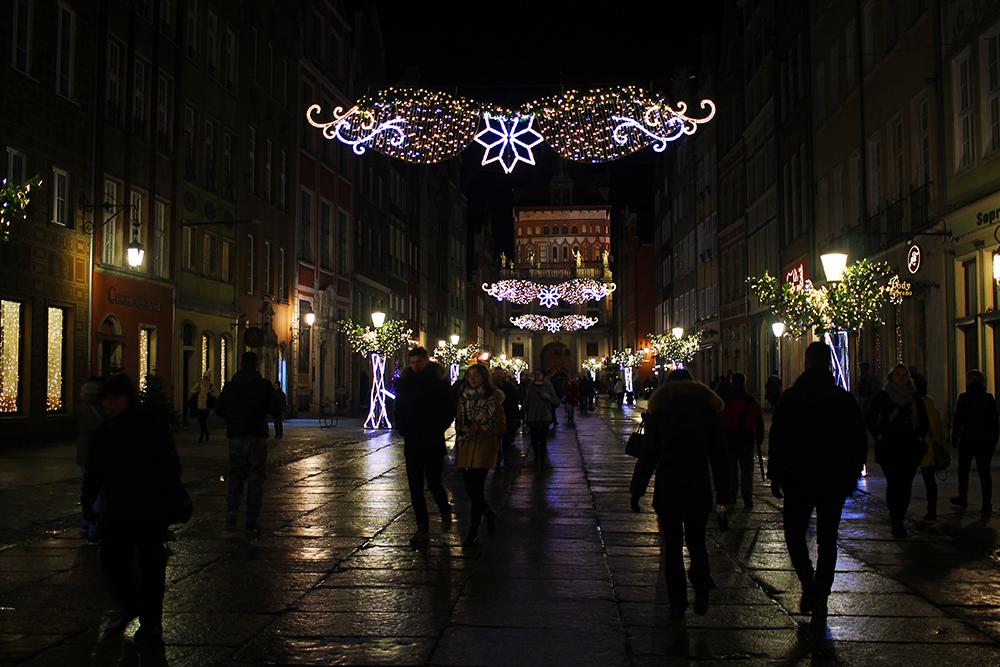 GAMLEBYEN: Vintermørket lysnes opp med lysende pynt i hele gamlebyen. Foto: Tenk Koffert