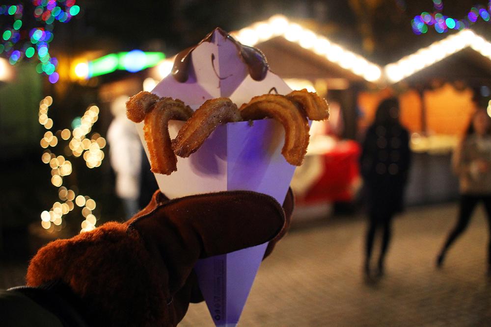 LOV Å UNNE SEG: Saueskinnsvotter og varme churros med Nutella varmer godt i vinterkulda. Foto: Tenk Koffert
