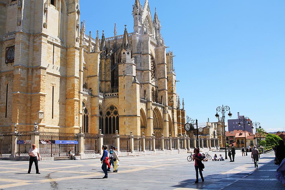 LEÓN: Katedralen er byens turistattraksjon nummer én, og har mange flotte tårn i flere forskjellige stilarter. Sammen utgjør de et imponerende bygg. Foto: Tenk Koffert