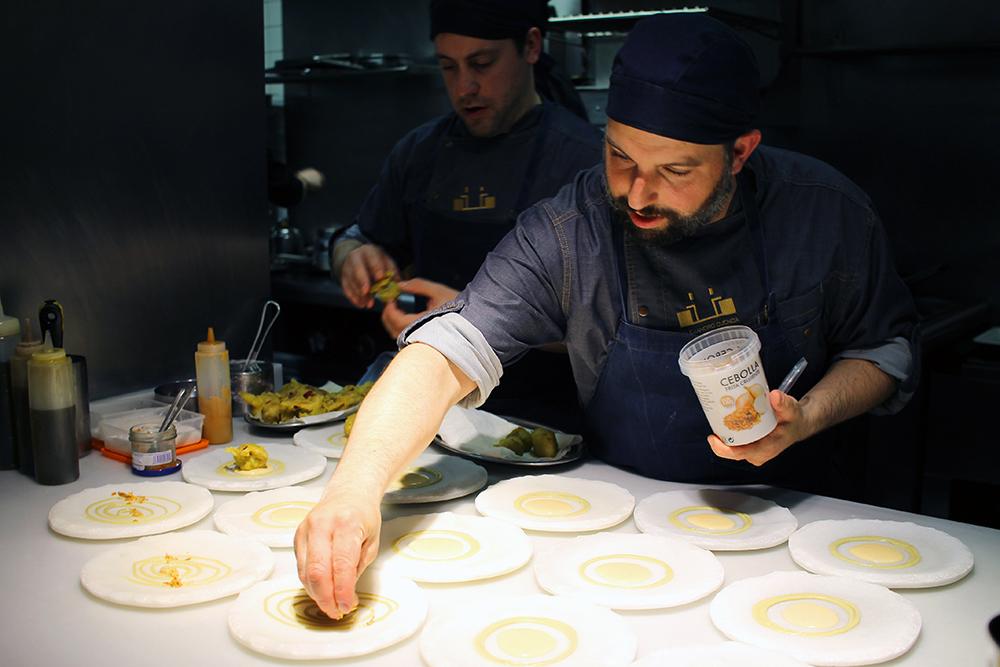 COCINANDOS: Her tilbereder Michelin-kokken retter av ypperste kvalitet. Foto: Tenk Koffert