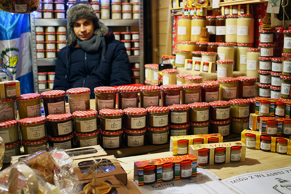 STORT UTVALG: Marmelader, syltetøy og honning er det flere boder på julemarkedet som tilbyr. Foto: Tenk Koffert