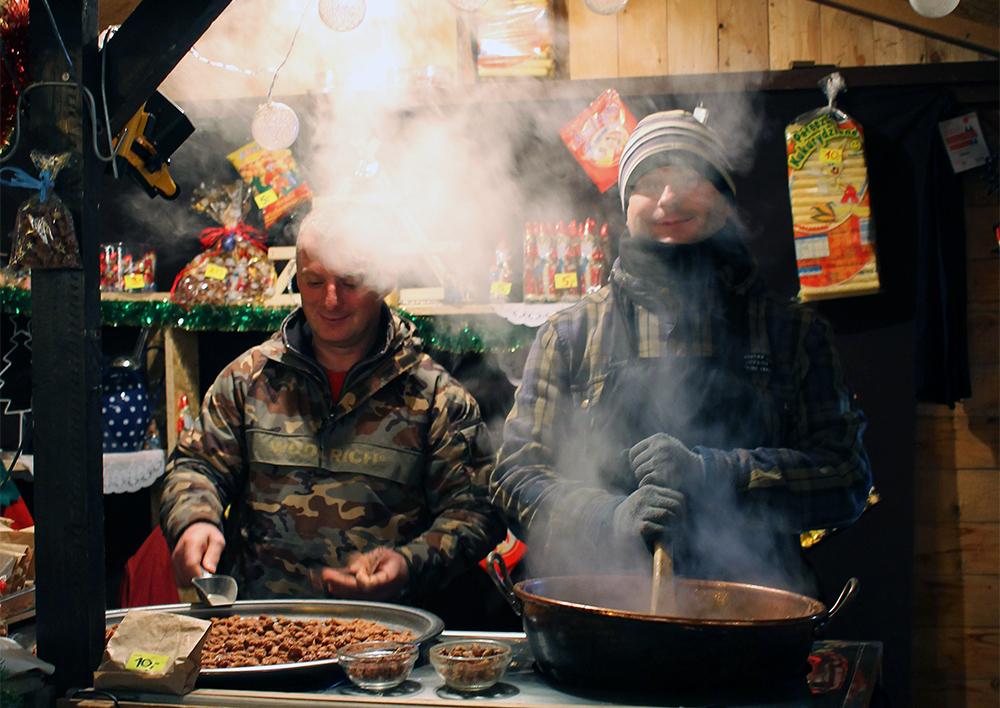 BRENTE MANDLER: Disse blide karene selger brente mandler på markedet. Foto: Tenk Koffert