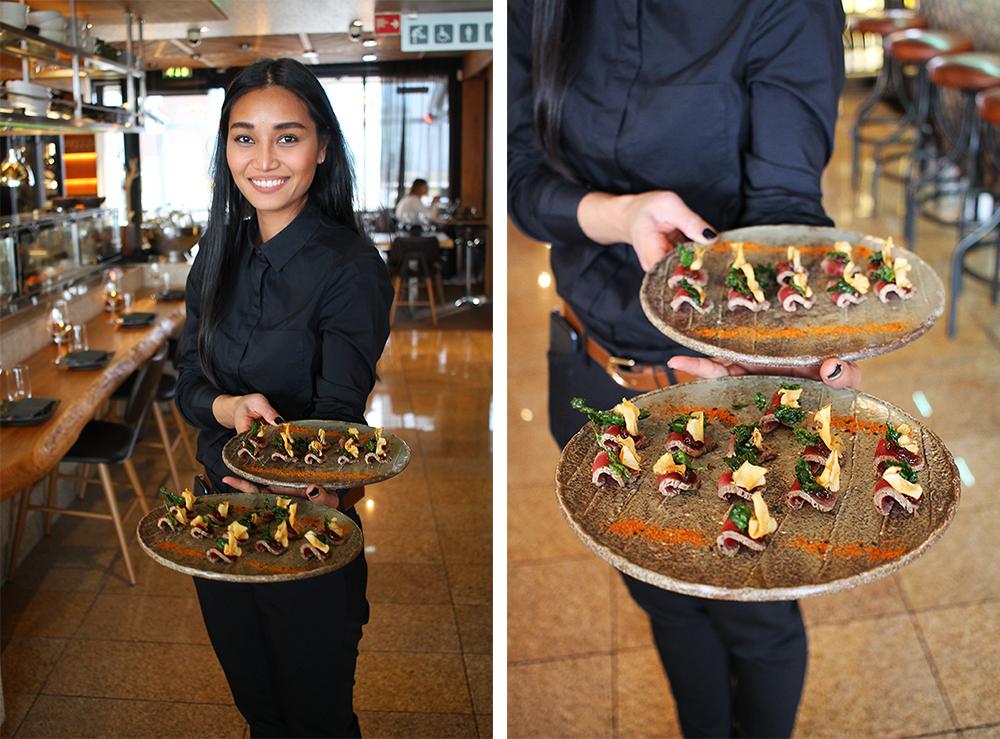 SJEFEN: Restaurantsjefen serverer deltakerne nydelig mat når kurset er ferdig. Denne maten har proffene laget! Foto: Hedda Bjerén