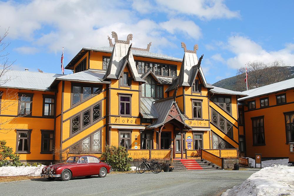 DALEN HOTEL: For et eventyr det er å besøke dette gule slottet i dragestil. Foto: Tenk Koffert