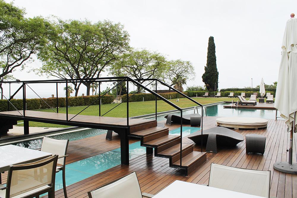 TAKTERRASSEN: I Barcelona har mange av hotellene flotte bassengområder - sånn er det også på Hotel Miramar. Foto: Tenk Koffert