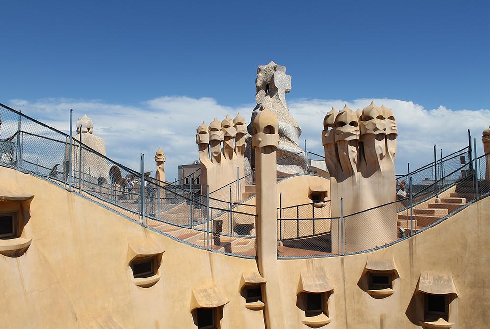 LA PEDRERA: Oppe på taket til La Pedrera finner du disse fine stautene. Foto: Tenk Koffert
