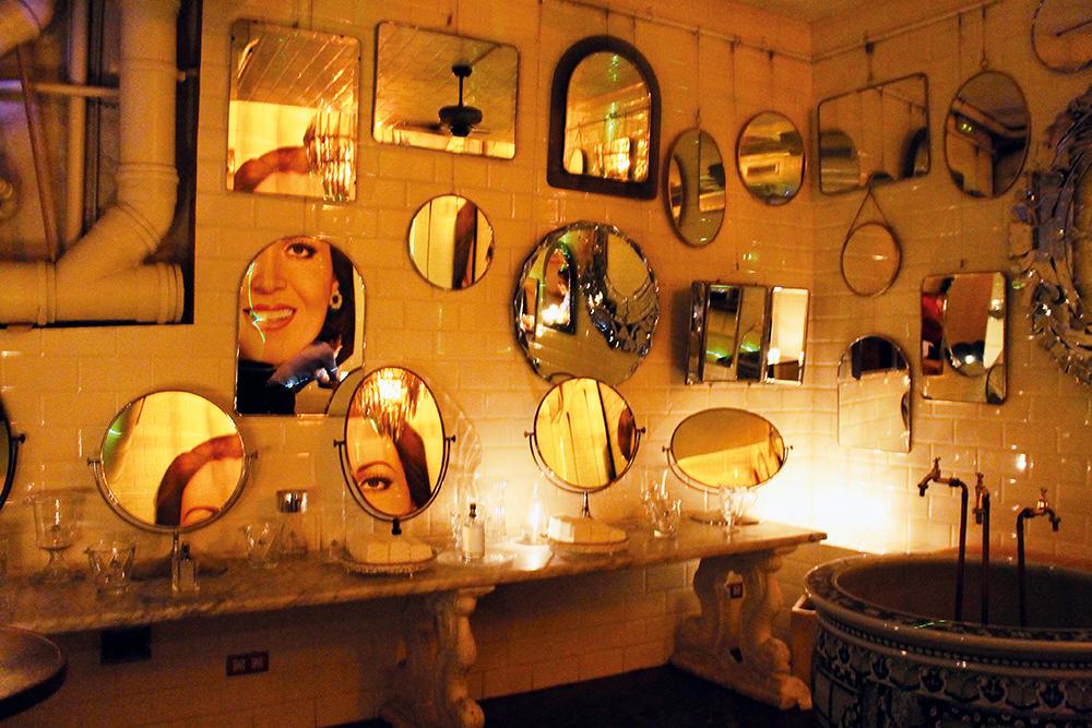 KULT BAD: Toalettet hos Boca Grande ser slik ut! I tillegg er det bord og stoler der, høy musikk og skikkelig feststemning. 😂 Foto: Tenk Koffert