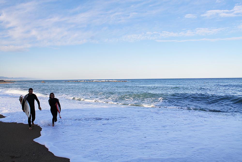 BY, SOL OG STRAND: Når man først er i Spania er det jo deilig å bade og nyte det været — veldig praktisk at Barcelona har strand midt i byen. Foto: Tenk Koffert