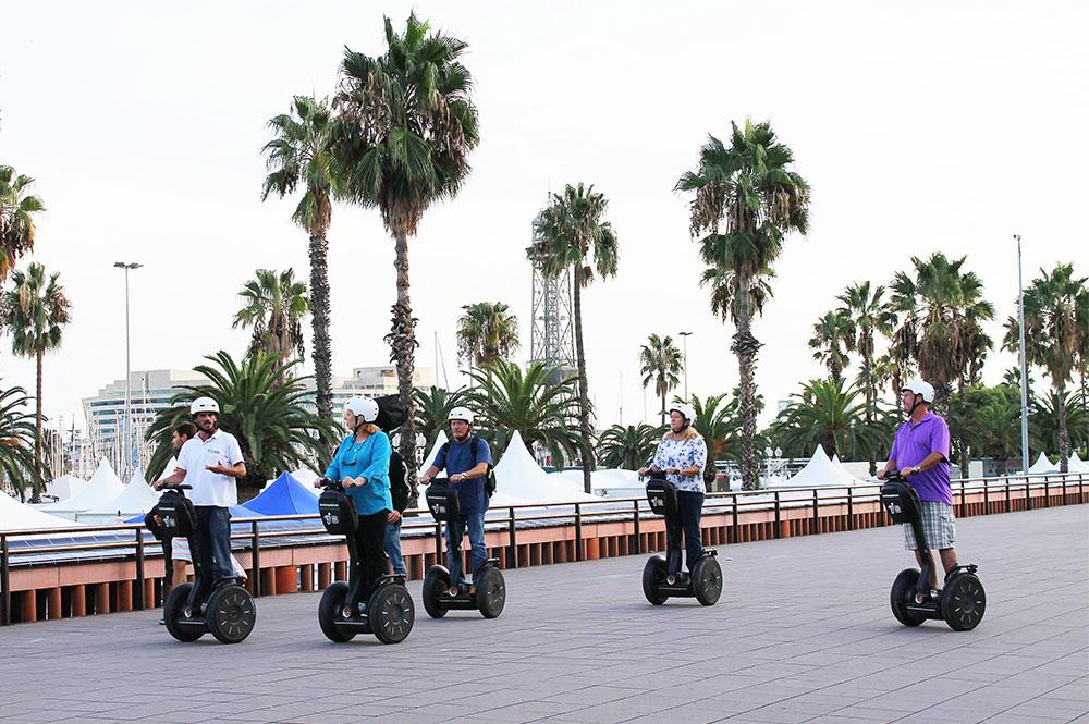SEGWAY OG PALMESUS: Barcelona er en super destinasjon. Utforsk den gjerne via segway! OK, det ser dumt ut, men er faktisk kjempegøy! Foto: Tenk Koffert