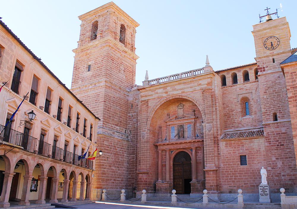 MAI: Turen fortsatte videre til landsbyen Villanueva de los Infantes i Castilla-la Mancha, hvor vi blant annet hadde en guidet tur, og vi fikk hilse på ordføreren i byen. Foto: Tenk Koffert