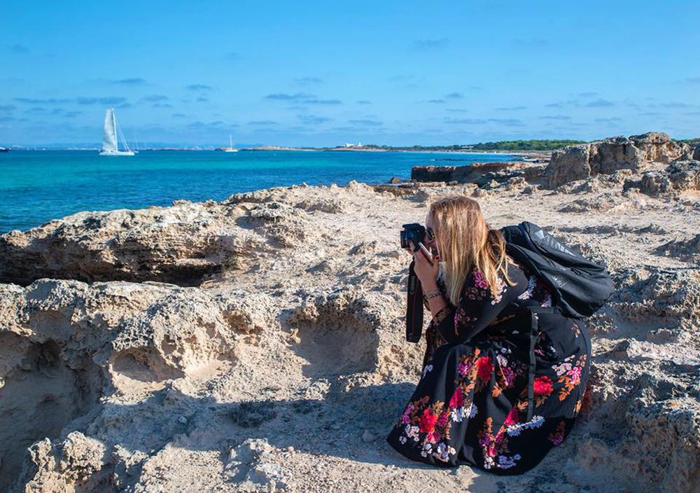 OKTOBER: Drømmer meg tilbake til en dag i oktober da arbeidsplassen var på en klippe på Formentera ... 😍☀️ Foto: Vibeke Montero