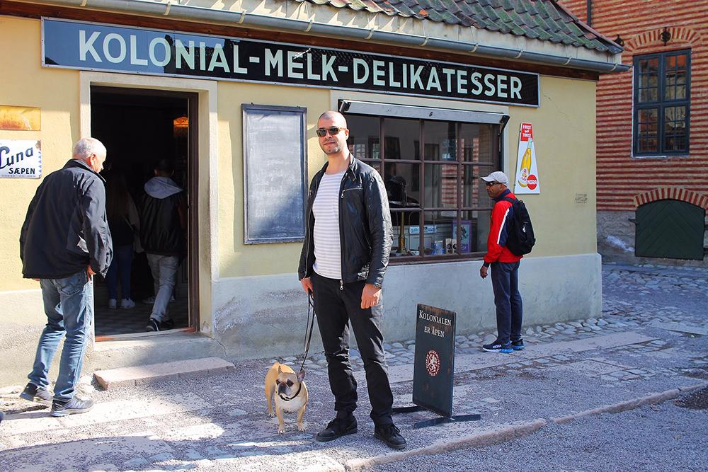APRIL: Mannen min og Snoopy på Norsk Folkemuseum på Bygdøy i Oslo. Foto: Tenk Koffert