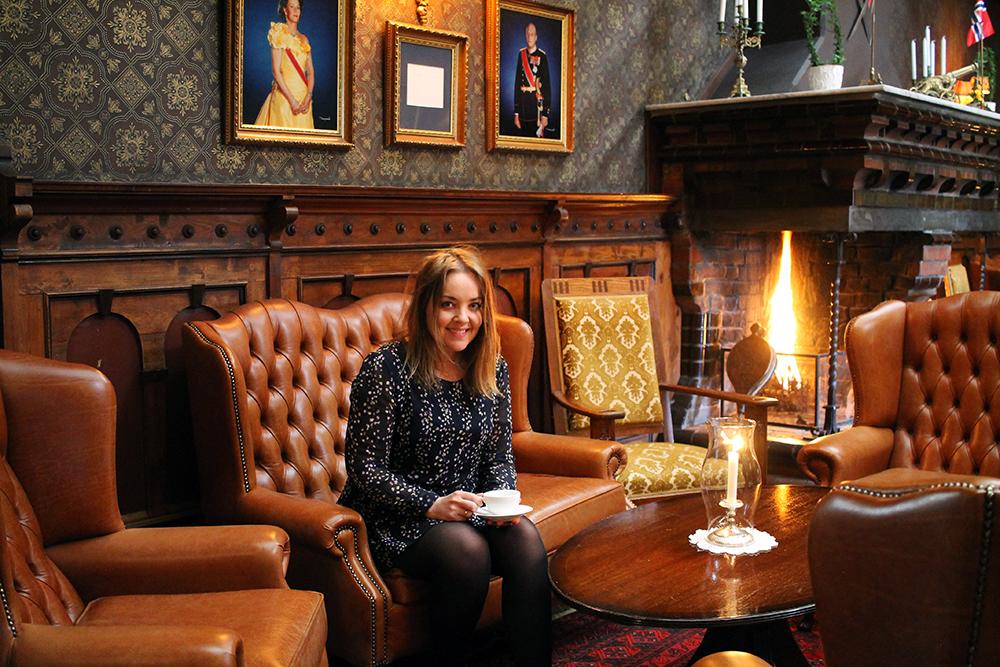 TENK KOFFERT PÅ DALEN HOTEL: I den fine peisstuen står det alltid kaffe og te tilgjengelig. Foto: Tenk Koffert