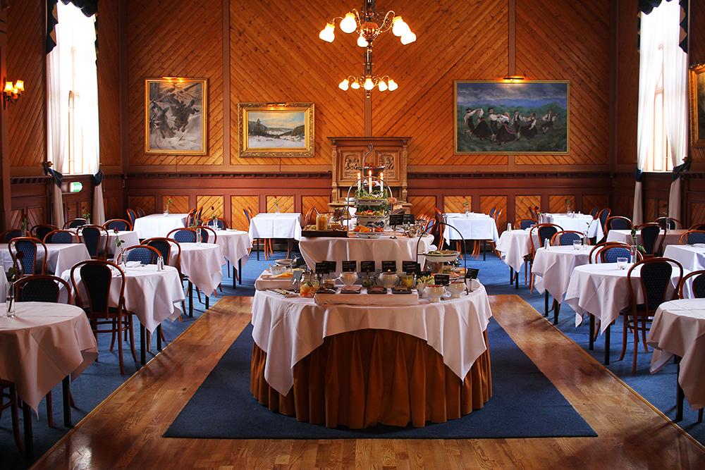 RESTAURANTEN: Her serveres frokosten på staselig vis. Foto: Tenk Koffert