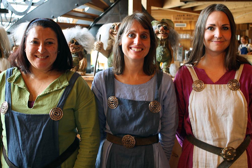 VIKINGER: Disse tre søte damene jobber i gavebutikken på Gudvangen. Skikkelige vikinger stilmessig, men ingen snakket norsk eller noen av de andre skandinaviske språkene. Damene har reist fra henholdsvis Spania og Portugal for å jobbe som vikinger i Norge. Foto: Reisebloggen Tenk Koffert