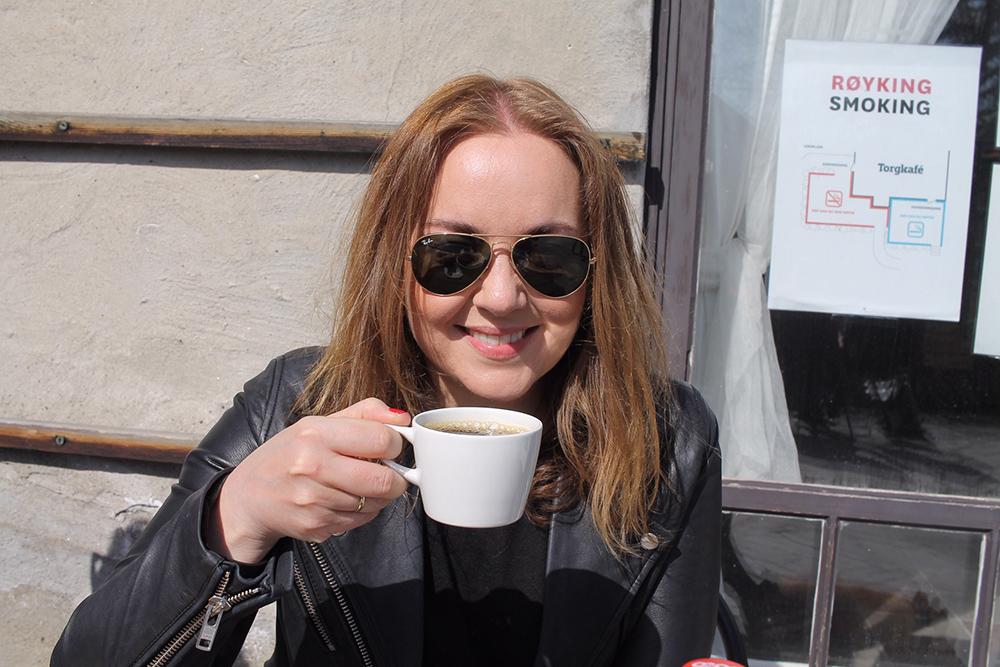 TENK KOFFERT I OSLO: Her sitter jeg og nytter en god kopp kaffe på Bygdøy i Oslo. Foto: Tenk Koffert