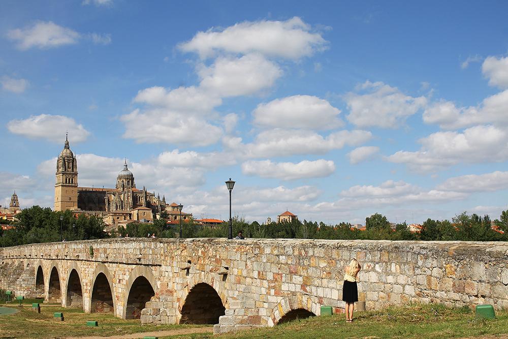JUNI: Salamanca er en fin by jeg kan anbefale å ta en tur til. Kvinnen på bildet er Maria, en hyggelig reisejournalist fra Danmark, som jeg ble kjent med på turen. Foto: Tenk Koffert
