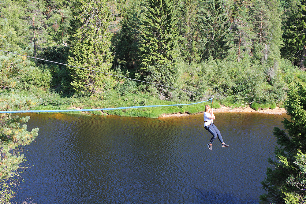 JULI: Her tester jeg zipline hos Adventure Norway! Foto: Tenk Koffert