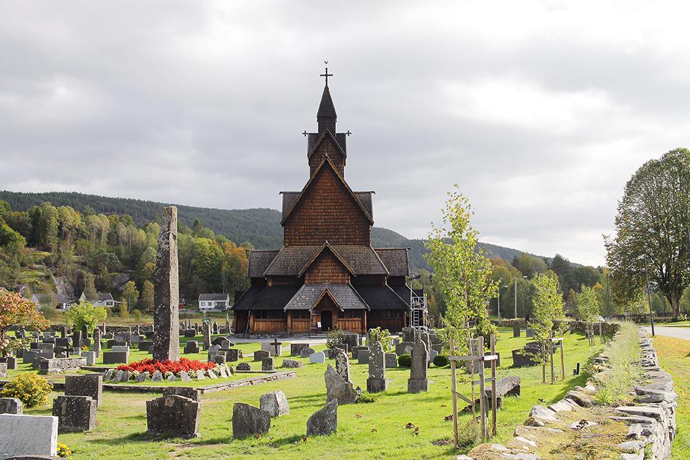 SEPTEMBER: Vi stoppet blant annet innom Heddal stavkirke, på vei mot Jørpeland og Preikestolen. Foto: Tenk Koffert