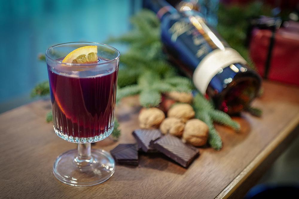 DESEMBER: Den første drinken vi fikk var en deilig glüwein. Foto: Helle Øder Valebrokk