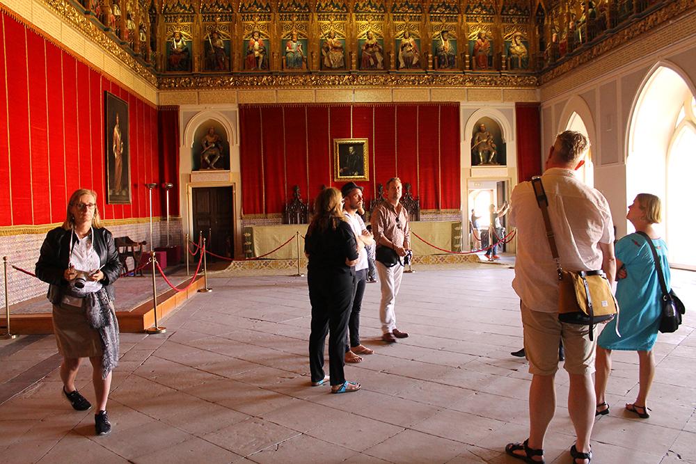 SLOTTET I SEGOVIA: Da jeg besøkte slottet i Segovia, var det sammen med en hyggelig gruppe med skandinaviske journalister. Her er noen av dem avbildet i et av de staselige rommene i slottet. Foto: Tenk Koffert