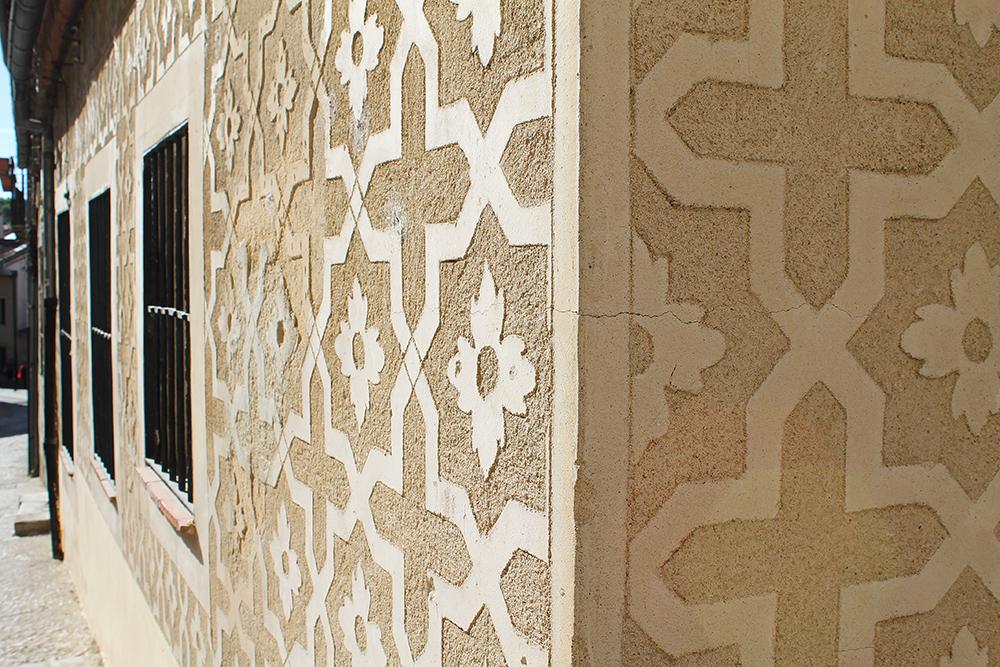 ESGRAFIADO: Vakre mønstre som dette kan ses over hele Segovia. De kalles esgrafiado, eller på norsk sgraffito.Foto: Tenk Koffert