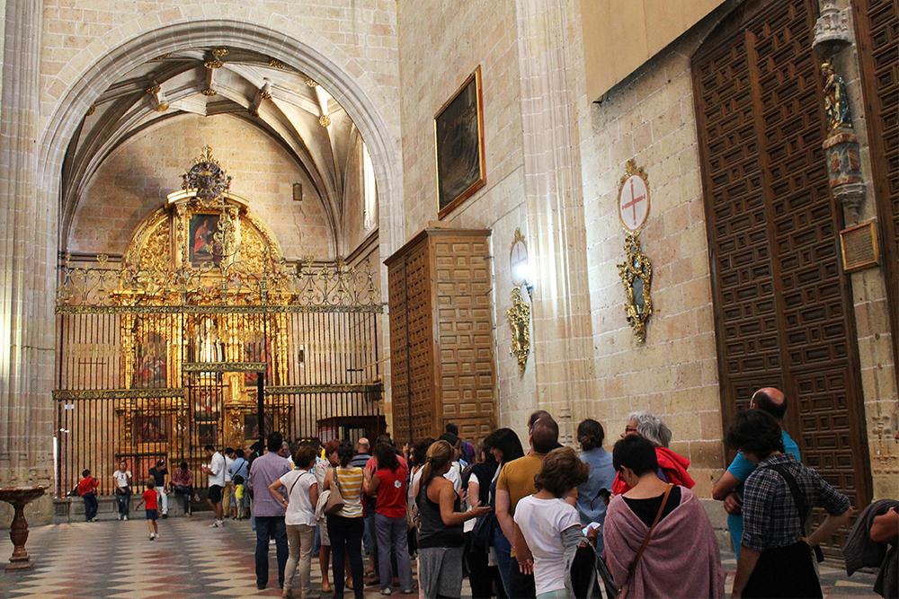 KATEDRALEN I SEGOVIA: Mange turister vil se de forskjellige kunstverkene og skattene inne i kirken. Foto: Tenk Koffert