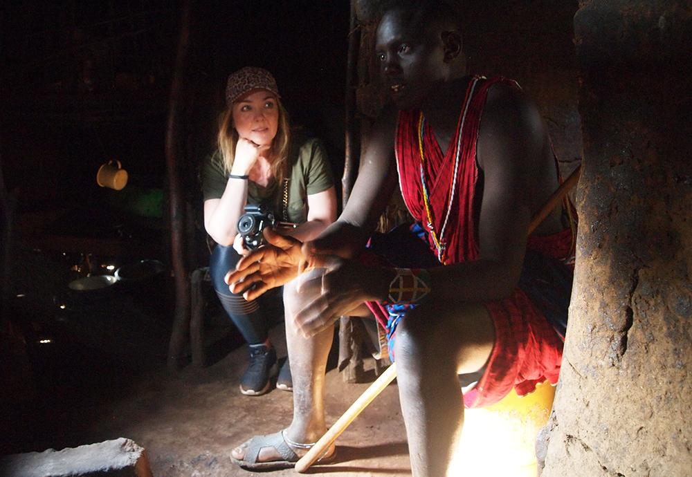PÅ BESØK HOS MASAIENE:  Besøket i masailandsbyen kan du lese mer om her . Men på dette bildet ser du litt mer hva jeg typisk hadde på meg da jeg var på safari. Foto: Tenk Koffert