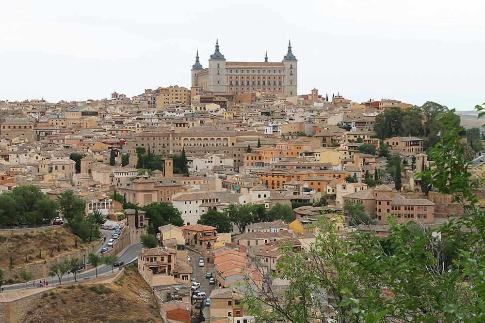 """SLOTTET I TOLEDO: På Toledos høyeste punkt ligger slottet i Toledo, """"Alcazar de Toledo"""". Strategisk plassert for å beskytte mot angrep. Og mange angrep har det vært opp igjennom tidene. Foto: Tenk Koffert"""