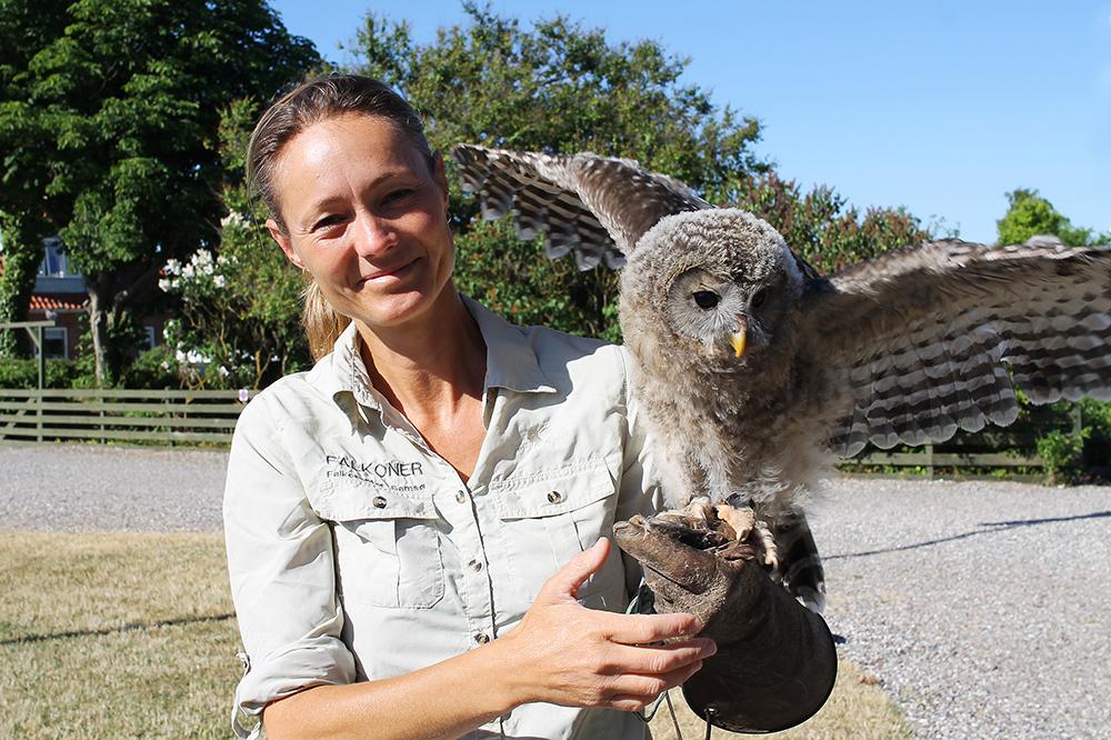 FALKECENTERET: Louise Vedel har stor pasjon for rovfugler og ugler. Hun driver Falkecenteret på den lille øya Samsø i Danmark. Foto: Tenk Koffert