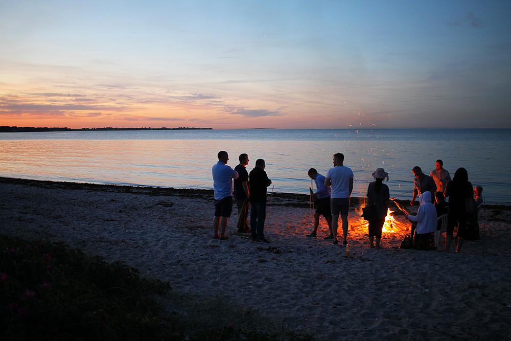 IDYLL: Strandfest på den vakre øya Samsø. Foto: Tenk Koffert
