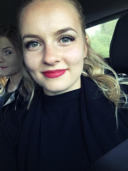 KeikkaMindy (och photobomb Ebba) i bilen på väg på gig!