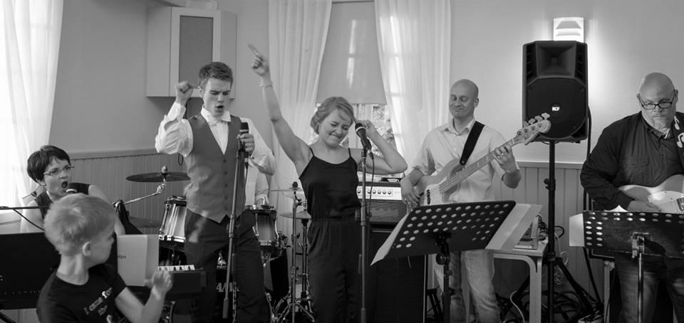 I sommar ska jag få spela med bröllopsbändet igen.Det kommer bli legendariskt! Foto från min storebrors (till vänster) bröllop 2015. Vild stund förevigad på bild av bästa Sofia Ylimäki Photography.