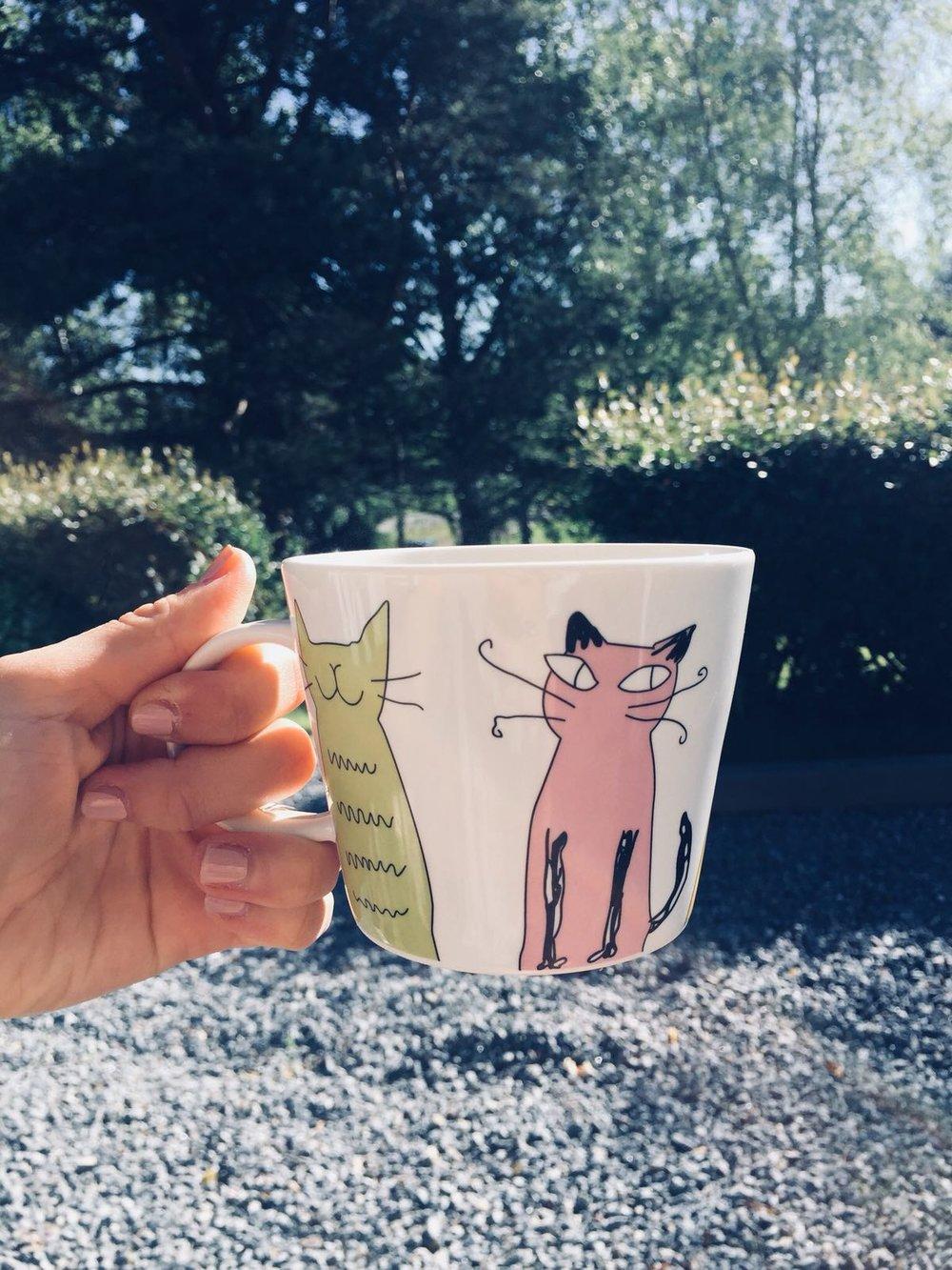 Morgonkaffe ur legendariskt skön kopp på terrassen.