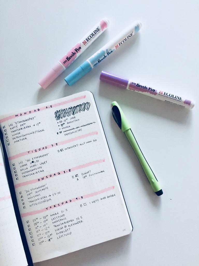 Mina nya brushpennor som jag har börjat öva med. Och min favoritpenna från Clas Ohlson! Världens bäst! Jag köpte tre på en gång!