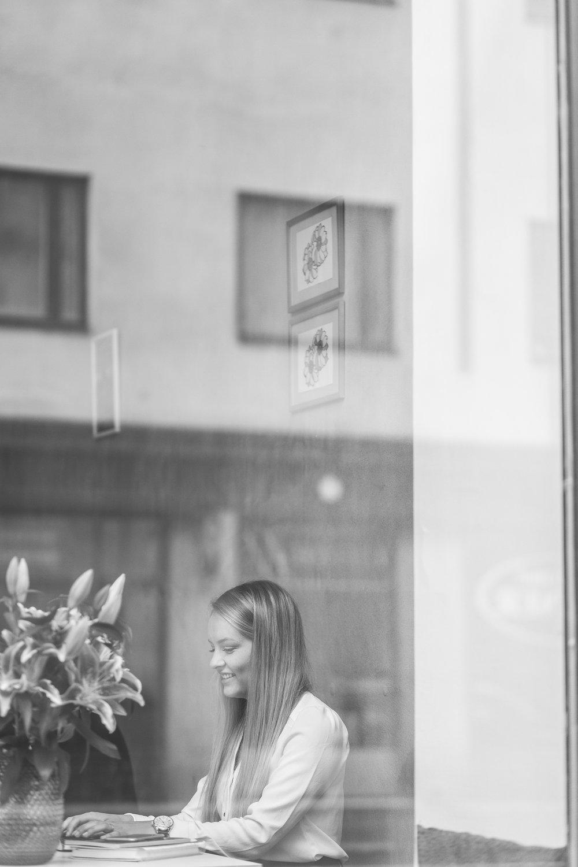 Att skriva är livsfarligt. Men ändå roligt. Foto:  Sofia Ylimäki Photography