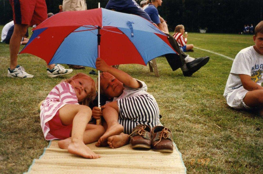Sportens gemenskap. Jag och min kusin (till höger) på en av barndomens många Kokkola Cup:ar. Denna gång inte spelande, men likväl hejande!