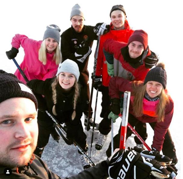 Den där ena gången vi stod på skridskor och spelade hockey, mina vänner och jag. Och det var skitkul! Foto: Fredrik Fagerholm