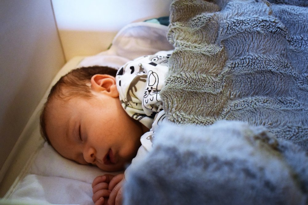 Kuopus-raukka joutuu nukkumaan päiväuniaan äitiyspakkauksen pahvilaatikossa. Eikä edes omassaan, vaan isoveljeltä perityssä.