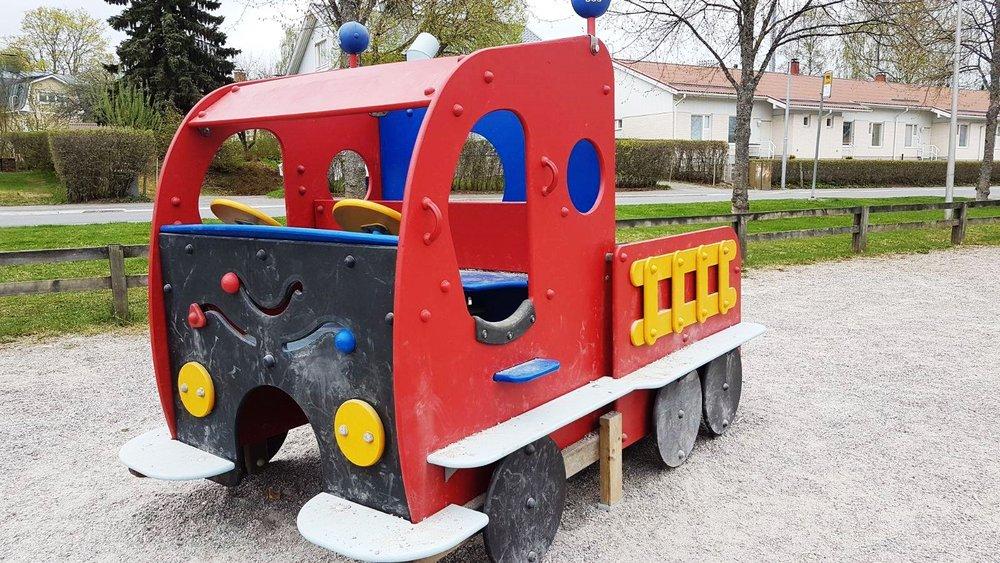 Soraharjunpuiston leikkiauto. Kuvat Soraharjunpuistosta otettu jo keväällä.