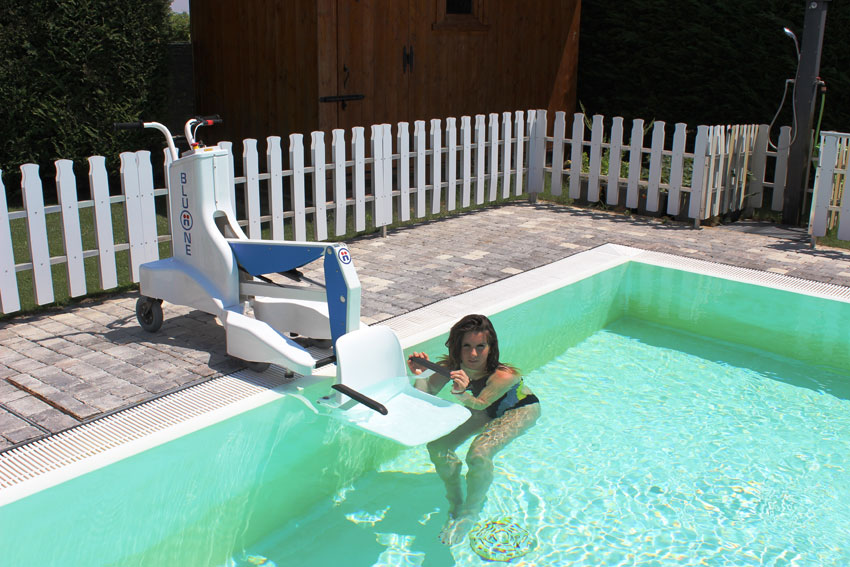 portable-pool-access-lifting-device-dolphin-mobility.jpg