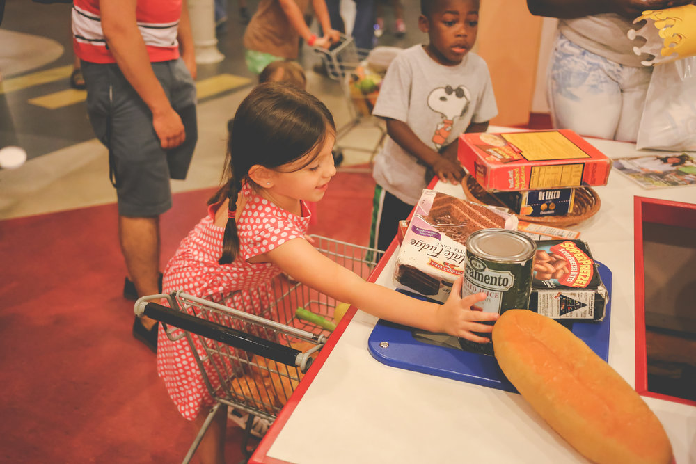 Grocery shopping at the Please Touch Museum in Philadelphia. Pennsylvania Documentary Family Photography.