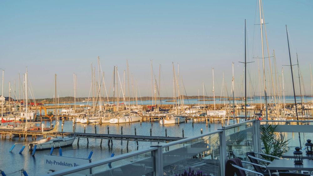 Utsikt över båtar i Långedrags hamn.