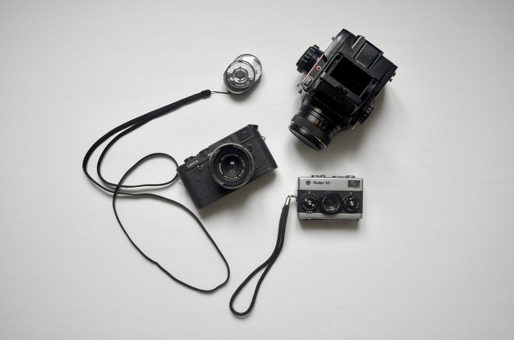 My favourite analog gear: a Leica M4-2 with a Summicron f2/35mm, a Mamiya 645 1000s and a Rollei 35. The light meter is less oldskool: a Sekonic Twinmate L-208.