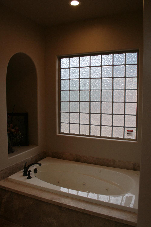84-master bath tub.JPG