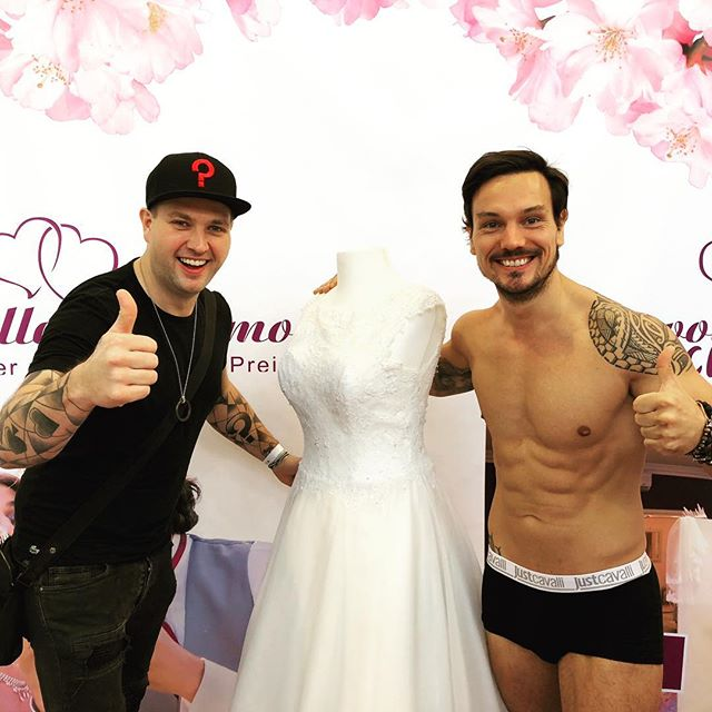 Nice Job with a good friend....@momentsmillionaire #weddingdress #event #düsseldorf #magicwithring